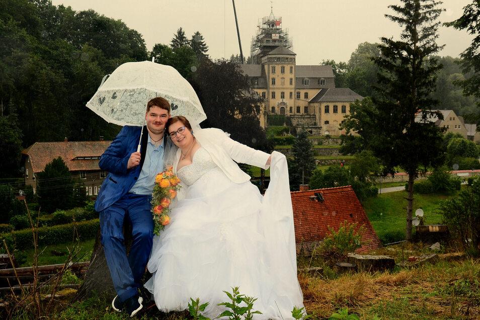 Evelyn und Marcel Kneißner haben ihr Hochzeitsfoto vor dem Schloss Hainewalde gemacht.