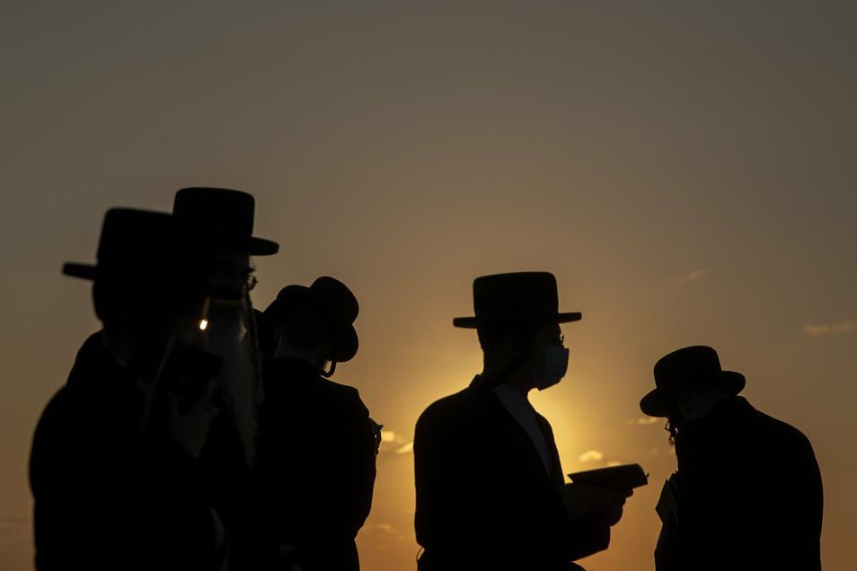 Unter strengreligiösen Juden in Israel verbreitet sich das Coronavirus besonders schnell. Viele halten sich nicht an die staatlichen Corona-Regeln.