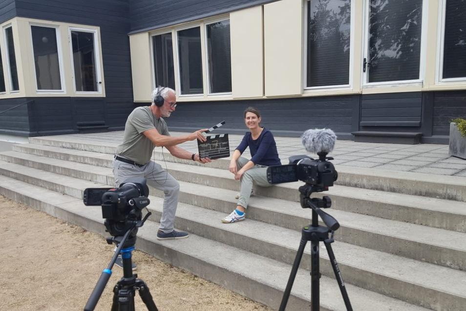 Kameramann Roberto Santana bereitet die nächste Einstellung für das Interview mit Claudia Wieltsch am Konrad-Wachsmann-Haus in Niesky vor.