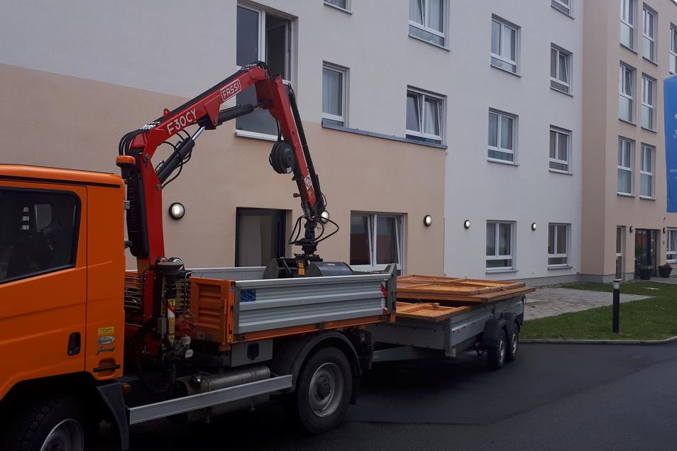 """Das Projekt """"Fenster zur Welt"""" ist beendet: Hier transportieren Mitarbeiter des Bauhofs der Gemeinde Röderaue die Besucherhütte aus Riesa ab."""
