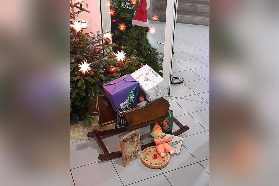 """Der Bautzener Verein """"Ganzmacher"""" hat ein historisches Schaukelpferd repariert und zusammen mit weihnachtlicher Dekoration dem Pflegeheim Bautzen-Seidau geschenkt."""