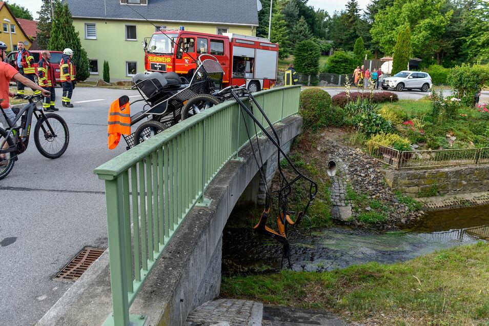 An einem Brückengelände in Milkwitz bei Radibor endete am Sonntagabend eine Kutschfahrt.