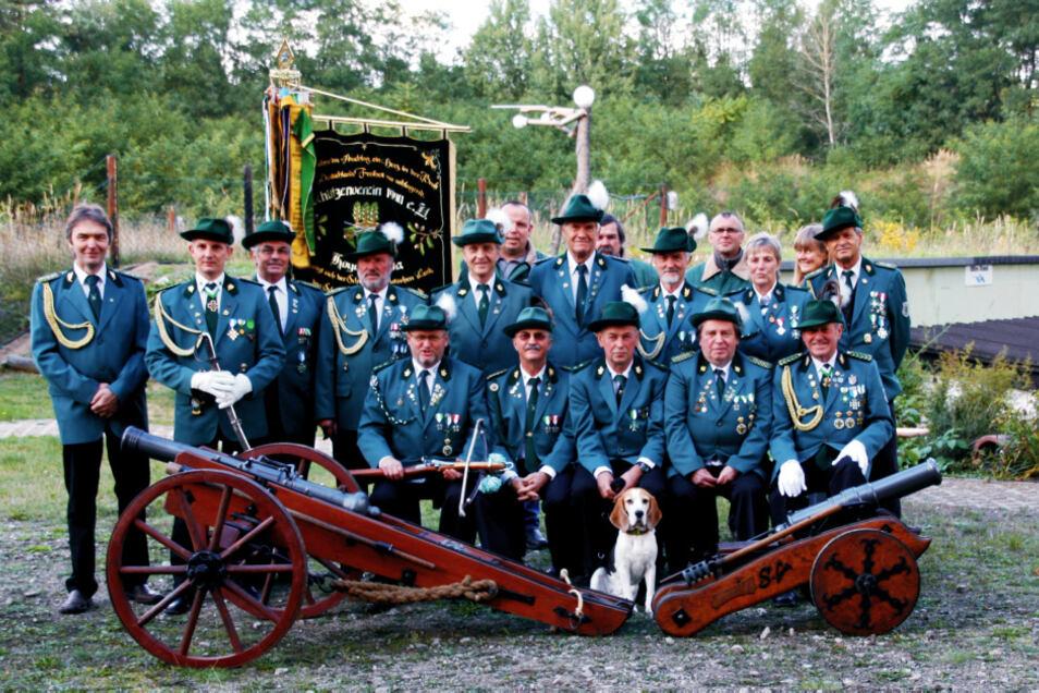 Mitglieder des Schützenvereins 1990 Hoyerswerda – die schmucken blauen Uniformen sind sachsenweit bekannt und geachtet; in sportlicher und gesellschaftlicher Hinsicht.