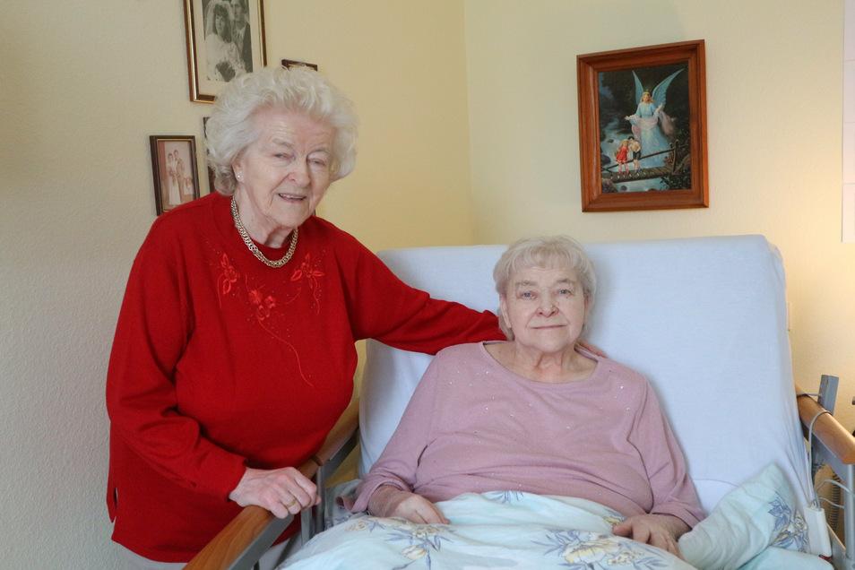 Gertrud Loch (l.) besucht ihre Zwillingsschwester Sonnhild Kühne oft in ihrem Zimmer. Beide leben im ASB-Pflegeheim in Königsbrück und werden auch ihren 86. Geburtstag am Sonntag gemeinsam verbringen.