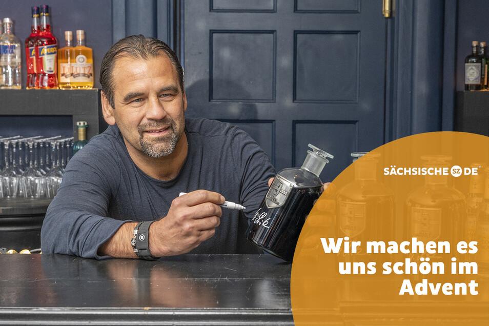 Fußball-Legende Ulf Kirsten signierte vergangene Woche in Dresden die Ginflaschen der Firma DeZiesche für die Kirsten-Stiftung.