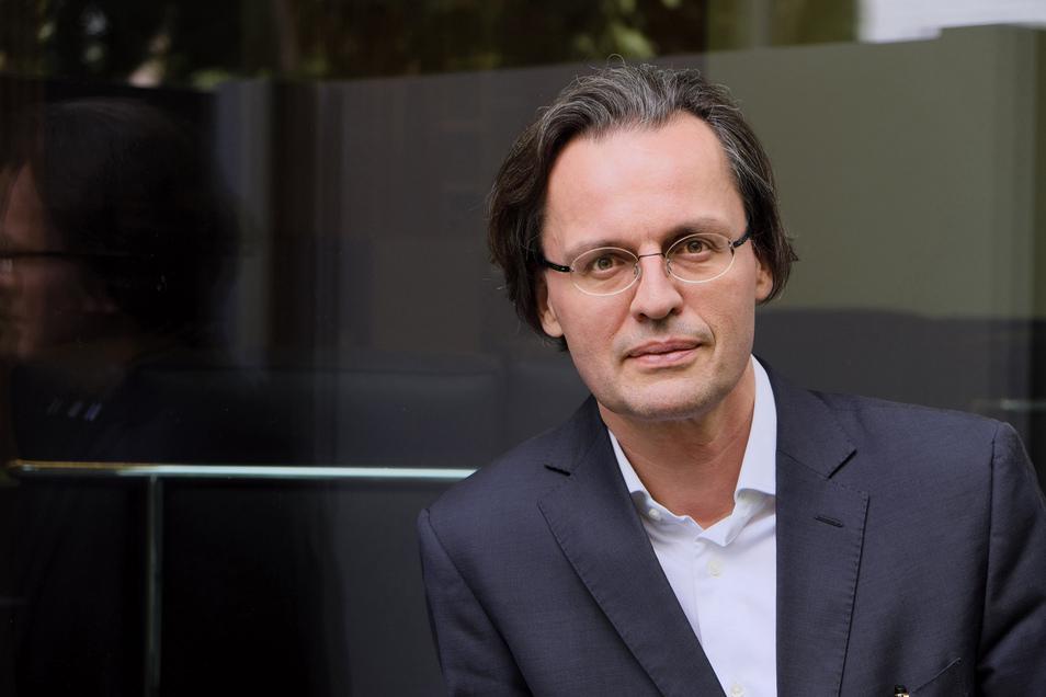 Bernhard Pörksen, 1969 in Freiburg geboren, ist Professor für Medienwissenschaft an der Universität Tübingen.