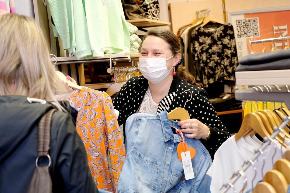 Endlich wieder eine Kundin im Laden. Diana Thieme berät eine Stammkundin, die sich gleich für den ersten Öffnungstag angemeldet hat.