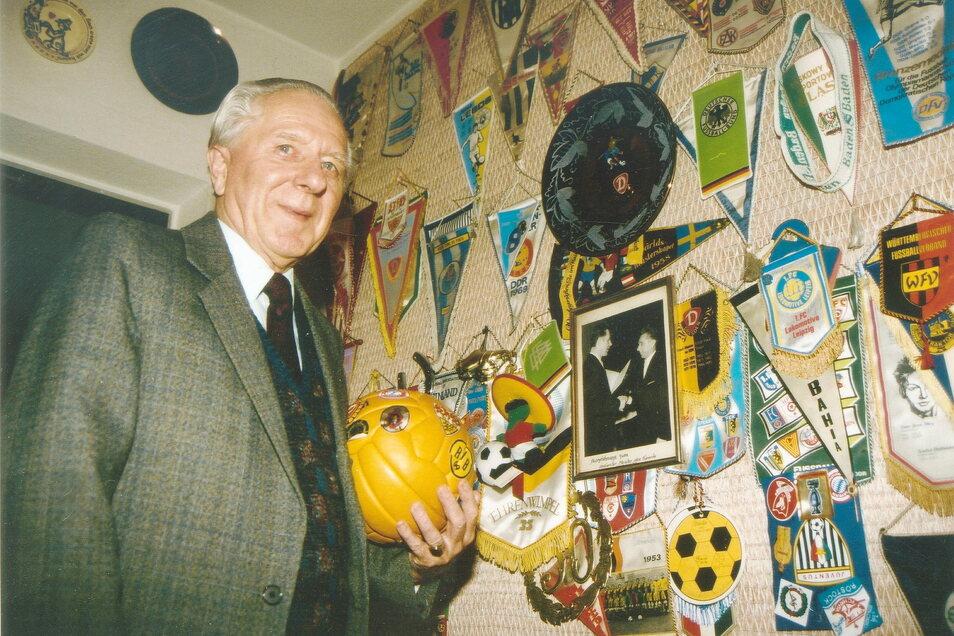 Bis weit in die 1990er Jahre blieb Walter Fritzsch seiner Sportgemeinschaft Dynamo Dresden verbunden. In neun Jahren erkämpften die Schwarz-Gelben mit ihm fünf DDR-Meistertitel und zwei DDR-Pokalsiege und bestritten 42 Europapokalspiele.