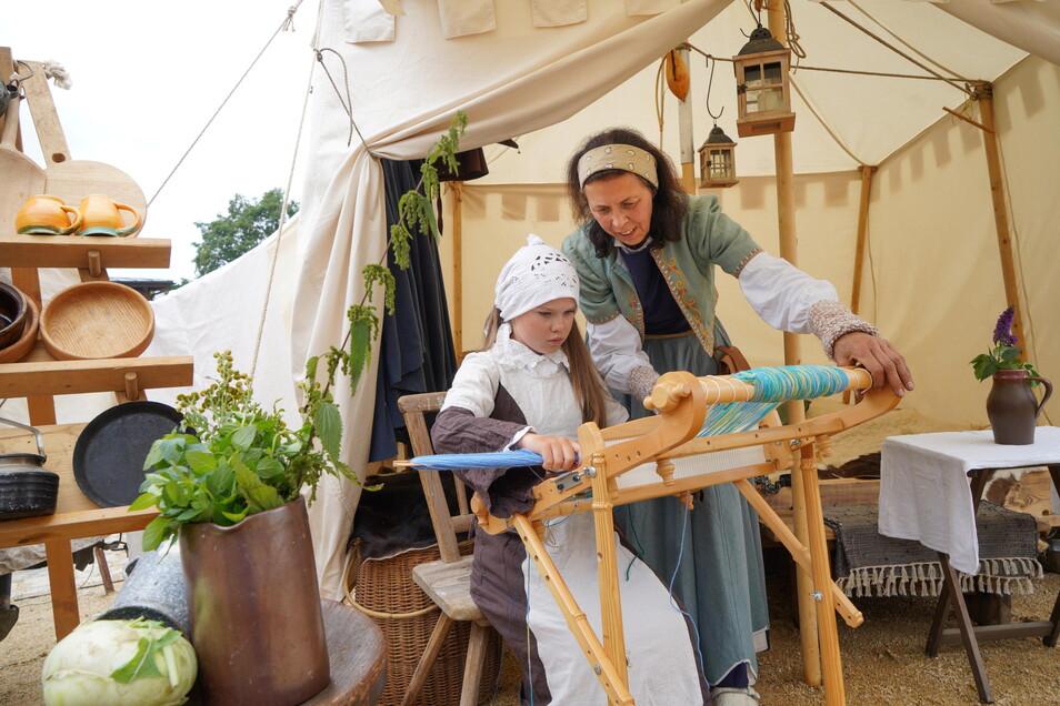 Gerlind Alius und ihre Enkeltochter Sara vom Budissiner Marktgesinde zeigten an einem Handwebbrett die Herstellung eines Tischbandes. Das Bautzener Altstadtfestival war in diesem Jahr ein voller Erfolg, erklärt der Tourismusverein.
