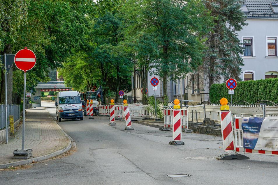 Enso bringt Sie auf die Internet-Überholspur, das versprechen Banner an den Bauzäunen. Doch zunächst geht es für Autofahrer in Bischofswerda nur einspurig, wie hier auf der Süßmilchstraße, oder auf Umleitungen durch die Stadt.