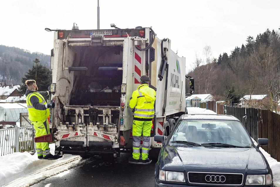 Wieder mal eng: Weil auf den Straßen zu viele Autos parken, fehlt es den Müllmännern oft an Platz zum Arbeiten.