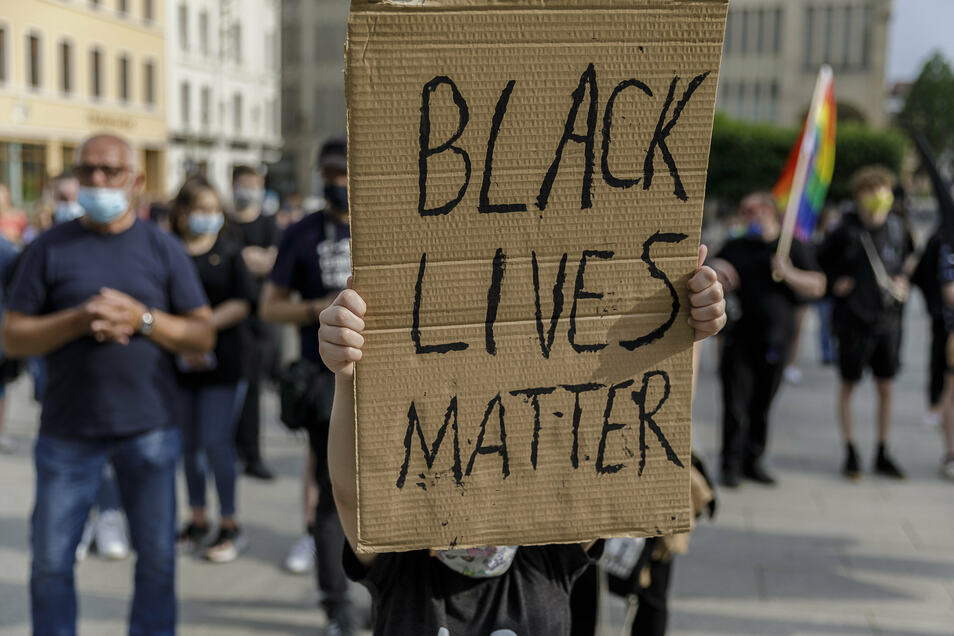 Black Lives Matter - Schwarze Leben zählen - stand auf vielen selbst gemalten Plakaten.