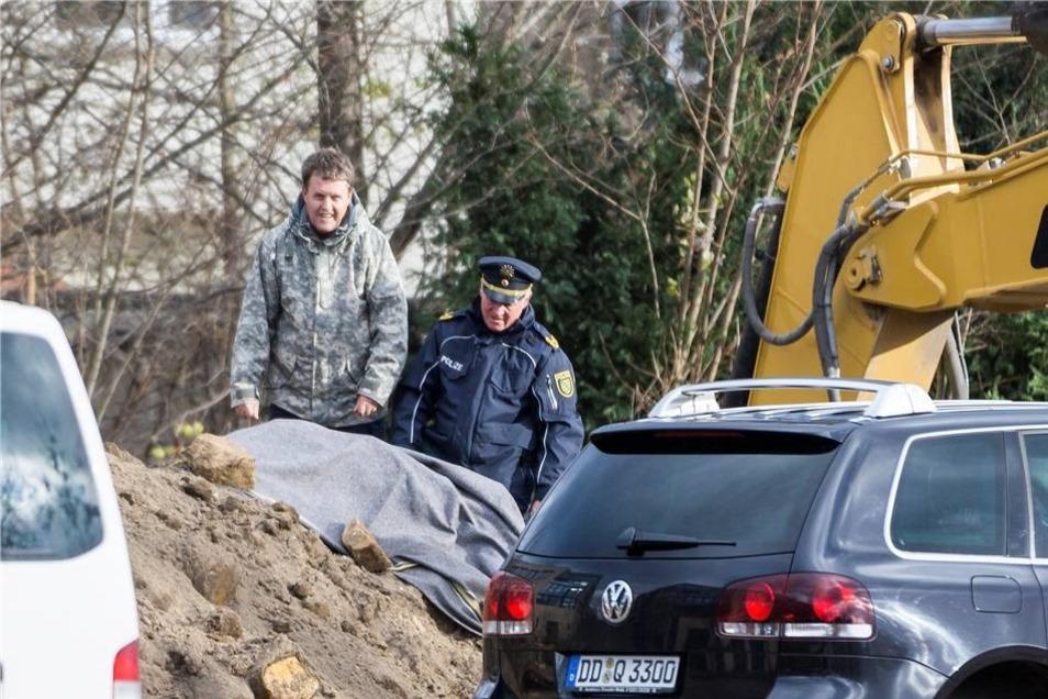 Thomas Lange und Dieter Hanitsch, Leiter der Landespolizeidirektion, an der abgedeckten Bombe.
