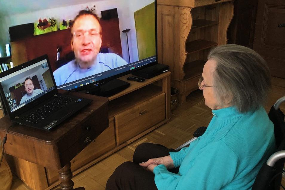 """Lydia Gaumer (96) skypt im """"Seniorenzentrum Am Stadtpark"""" im Görlitzer Ständehaus mit ihrem Sohn Andreas Gaumer. So ist sie ihm näher als per Telefon."""