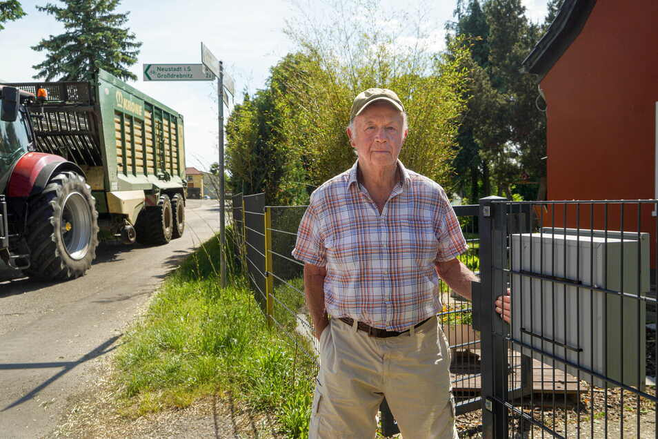 Ärger am Gartenzaun: Am Grundstück von Friedrich Petzold in Großdrebnitz bei Bischofswerda fahren im Minutentakt schwere Traktoren mit Anhängern vorbei. Das nervt ihn und seine Familie sehr.