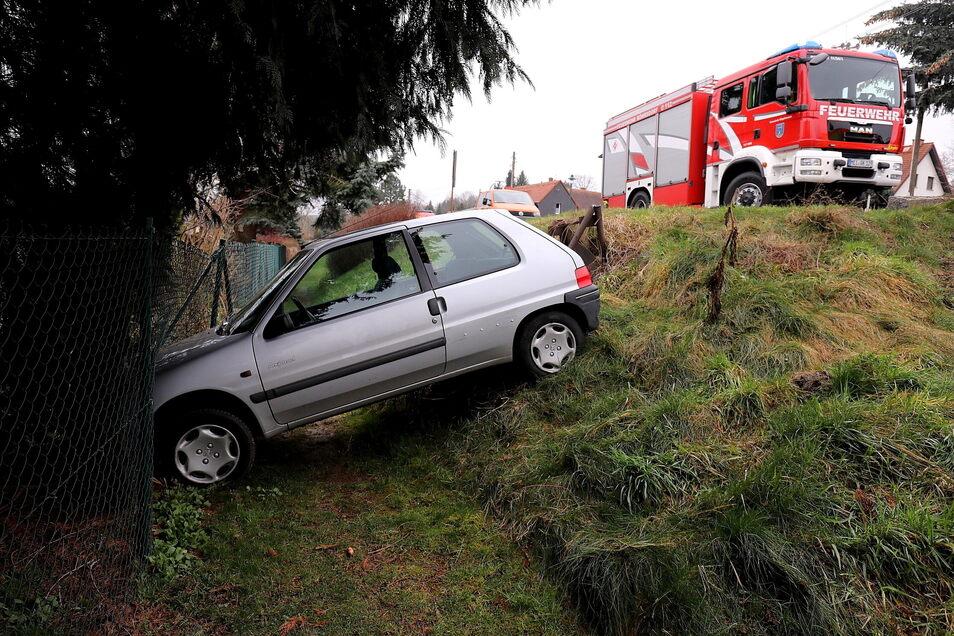 Das Auto der 88-Jährigen landete im Straßengraben. Für sie offenbar kein Grund, ihre Einkaufspläne zu ändern.