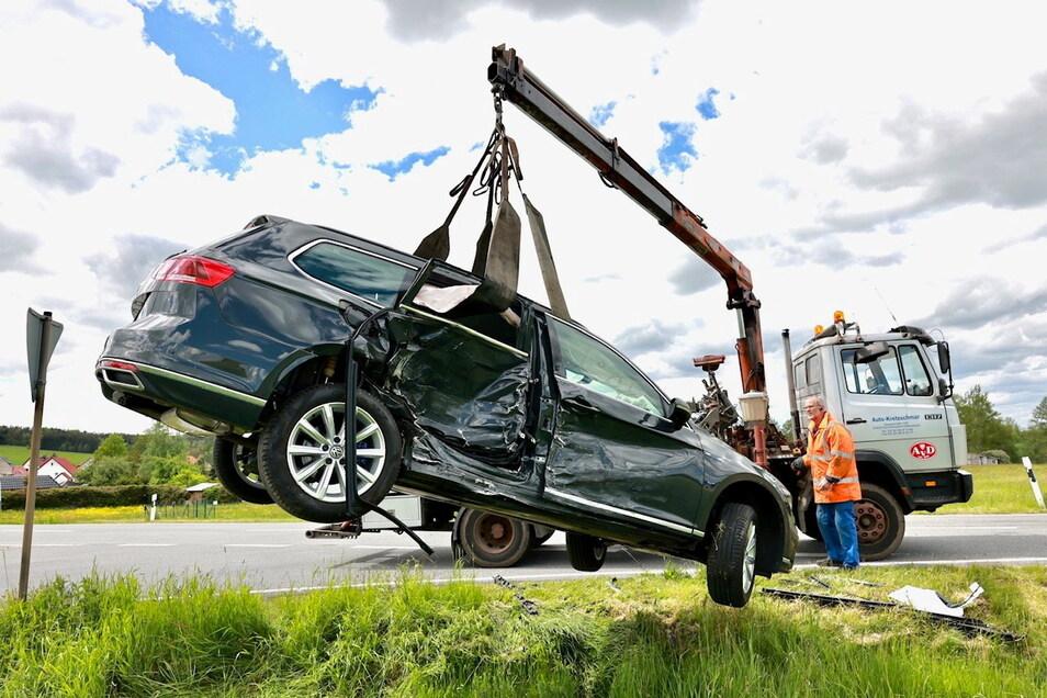 Zwei neue Autos sind nach dem Unfall am Sonnabendmittag bei Dobra nur noch Schrott.