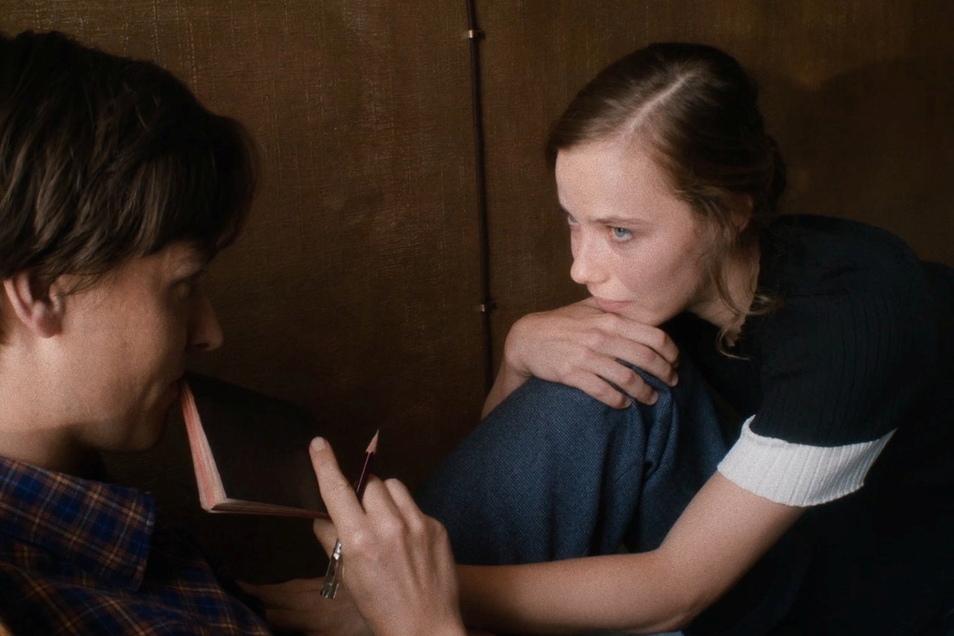 Saskia Rosendahl (r.) spielt im Film Cornelia, Fabians große Liebe. Sie ist bekannt aus Weißensee und Babylon Berlin.