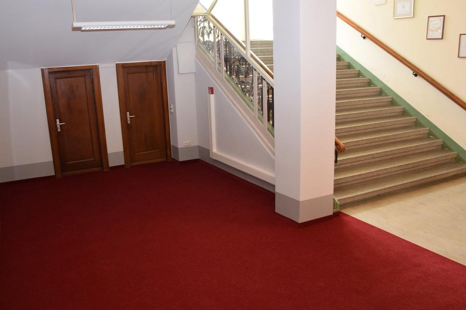 So festlich sieht das Foyer vor dem Standesamt im Görlitzer Rathaus mit dem neuen roten Teppich aus.