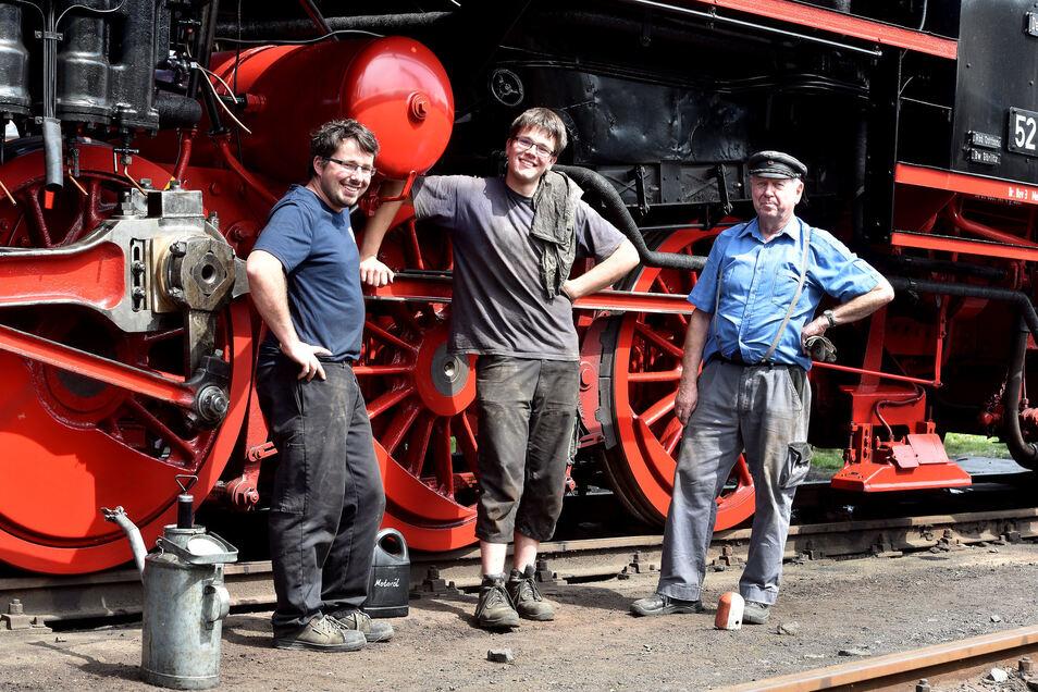 Tobias Fritzsche, Maximilian Schöne und Dieter Grosche (v.l.) von den Ostsächsischen Eisenbahnfreunden machen die Dampflokomotive fahrfertig für eine ungeplante Reise.