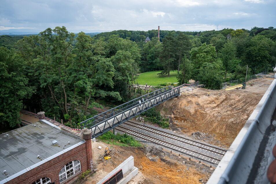 So sieht die Baustelle der Blockhausbrücke von oben aus. Fußgänger und Radfahrer kommen über die neue Behelfsbrücke auf die andere Seite.