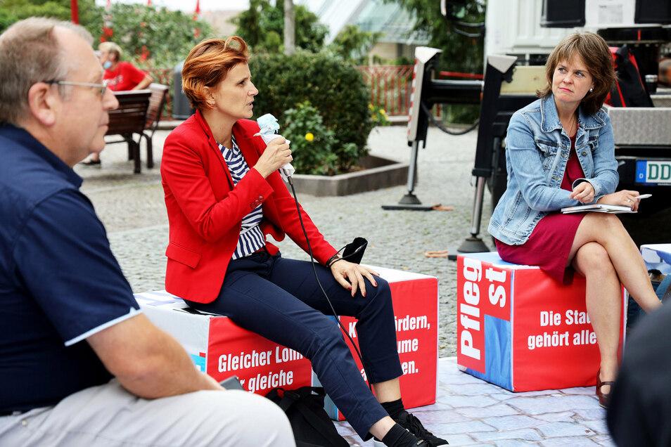 Politisch an einigen Punkten nah beieinander, aber längst nicht bei allen: Linken-Chefin Katja Kipping (M.) und die Landratskandidatin Elke Siebert (Grüne, r.). Mittwoch sprachen beide auf dem Mannheimer Platz.