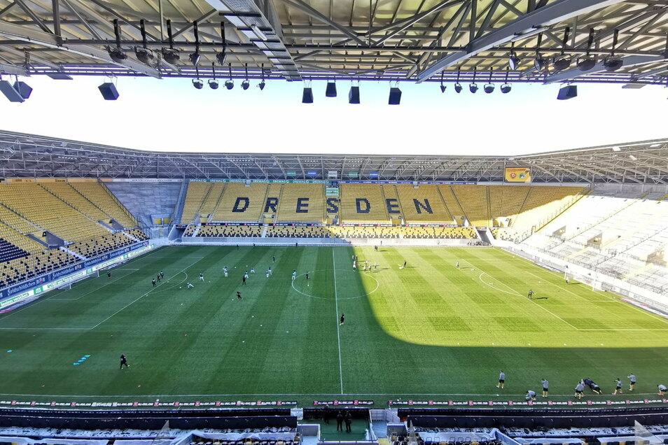 Im Rudolf-Harbig-Stadion rollt ab 14 Uhr der Ball. Dynamo Dresden trifft auf den VfB Lübeck.