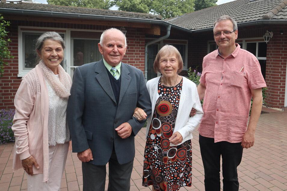 Die Gründer Gisela (li.) und Uwe Blank (re.) feierten am 1. Juli 2021 mit Senioren und Mitarbeitern das 20-jährige Bestehen des Hauses. Zu den Bewohnern gehören Georg Graf und seine Frau Elisabeth (Mitte), die seit Anfang 2021 dort leben.