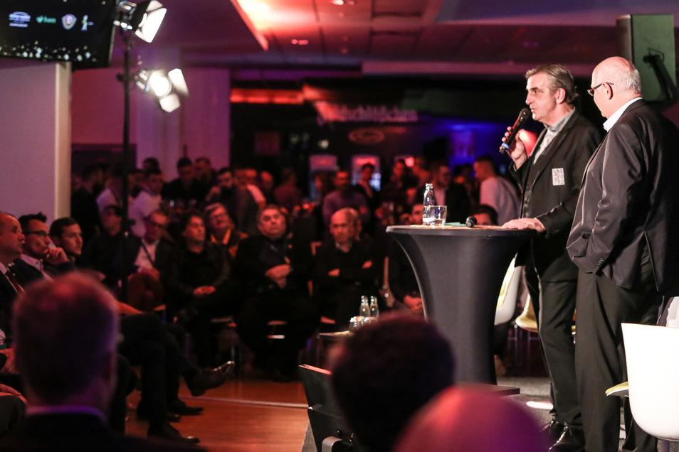 Dynamos Sportgeschäftsführer Ralf Minge (l.) und Axel Eichholtz vom Bauherrn sprachen zur Festveranstaltung.