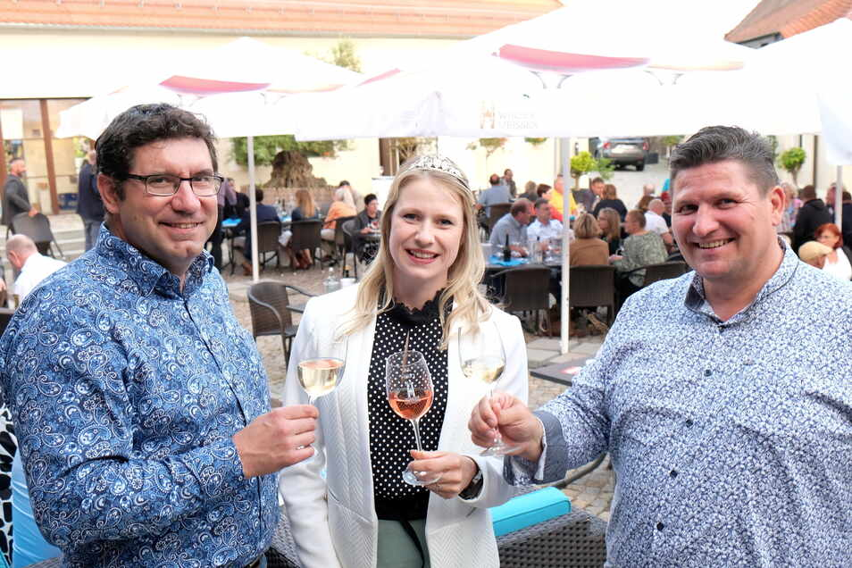 Gemeinsam mit Weinprinzessin Ann-Kathrin Schatzl hatten Uwe Reichel (r.) und Andreas Krause vom Vorstand des Gewerbevereins 80 Gäste zum Sommerfest begrüßt.