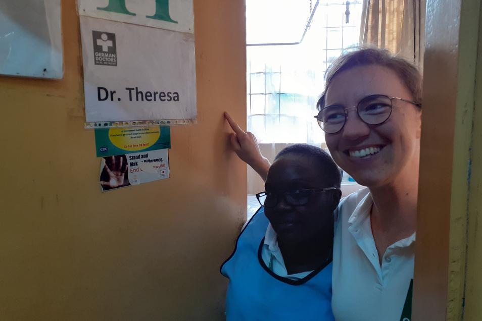 Dr. Theresa und die gute Seele ihres Sprechzimmers - die Dolmetscherin und qualifizierte Krankenschwester Rose - waren sechs Wochen lang ein starkes Team.