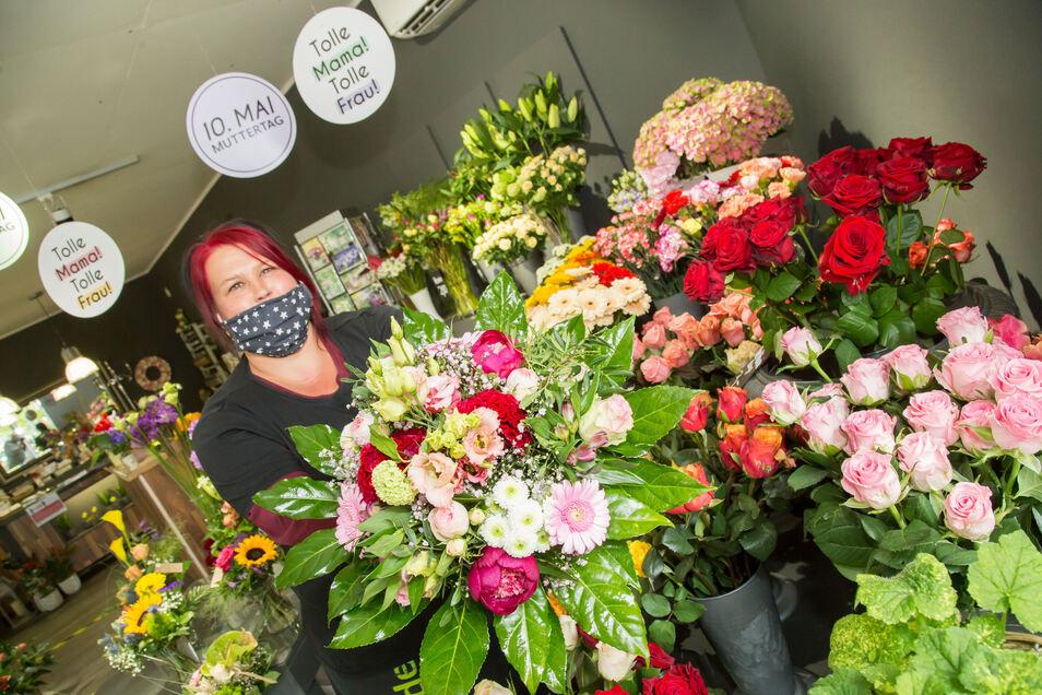Marén Raffelt ist Mitarbeiterin in der Gärtnerei Friedrich in Niesky. Der Muttertag ist in diesem Geschäft der umsatzstärkste Verkaufstag im Jahr.