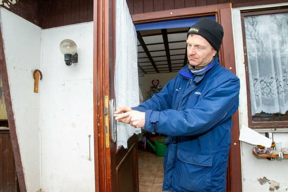 Ein Laubenbesitzer zeigt Schäden an der Tür. Hier hatten sich Einbrecher gewaltsam Zutritt zur Laube verschafft.
