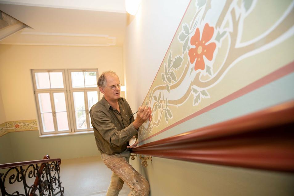 Restaurator Gerald Kropp arbeitet hier noch an den Ornamentbändern des Treppenhauses. Die Bemalung wurde nach originalen Vorbildern angebracht.