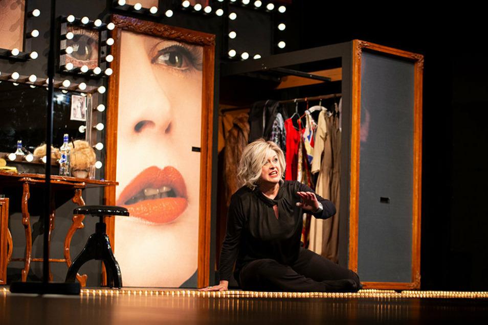 Yvonne Reich als Jane Percy Mulligan in deren Garderobe auf der Bühne.