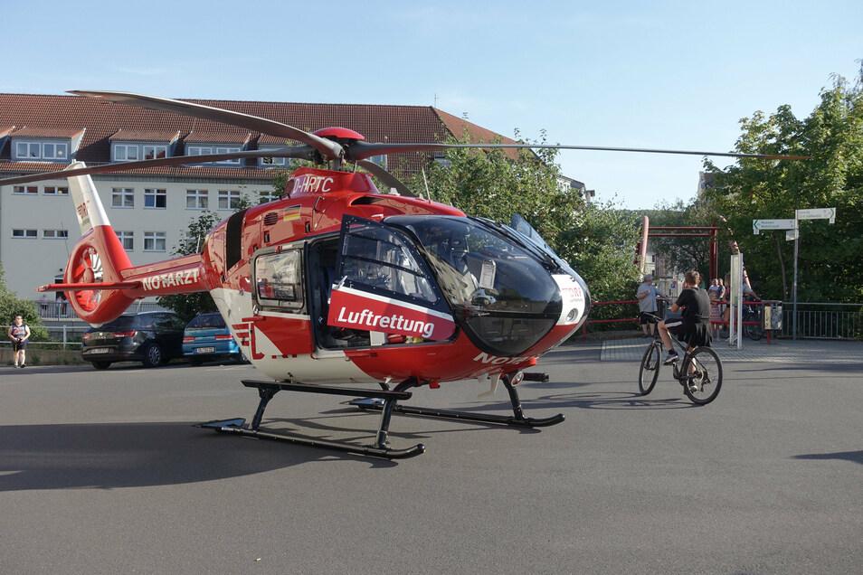 Der Rettungshubschrauber landete auf der Staupitzstraße und sorgte für Aufsehen.