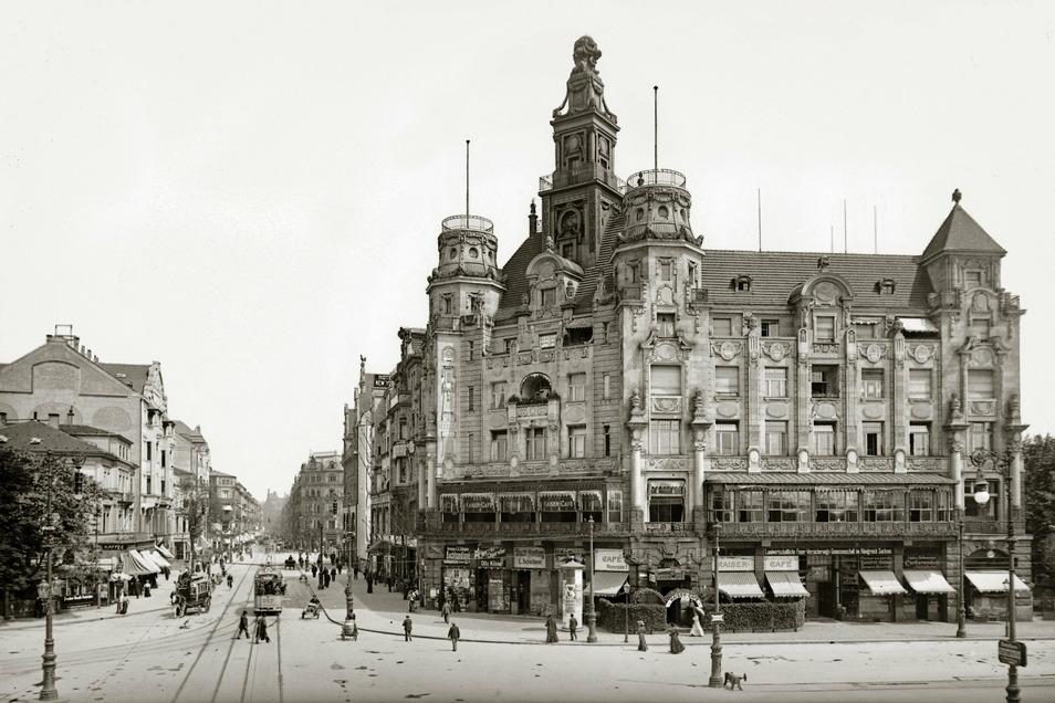 Prager Straße, 1909 So sah man die Stadt vom Hauptbahnhof aus: Das Kaisercafé an der Ecke Prager Straße/Wiener Platz. 1851 bis 1853 war die Straße als Verbindung in die Altstadt angelegt worden.