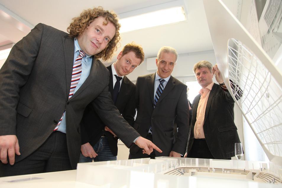 2012 waren Ministerpräsident Stanislaw Tillich (2.v.re.) und der damalige Bundestagsabgeordnete Michael Kretschmer bei der Grundsteinlegung für die Eisarena dabei.