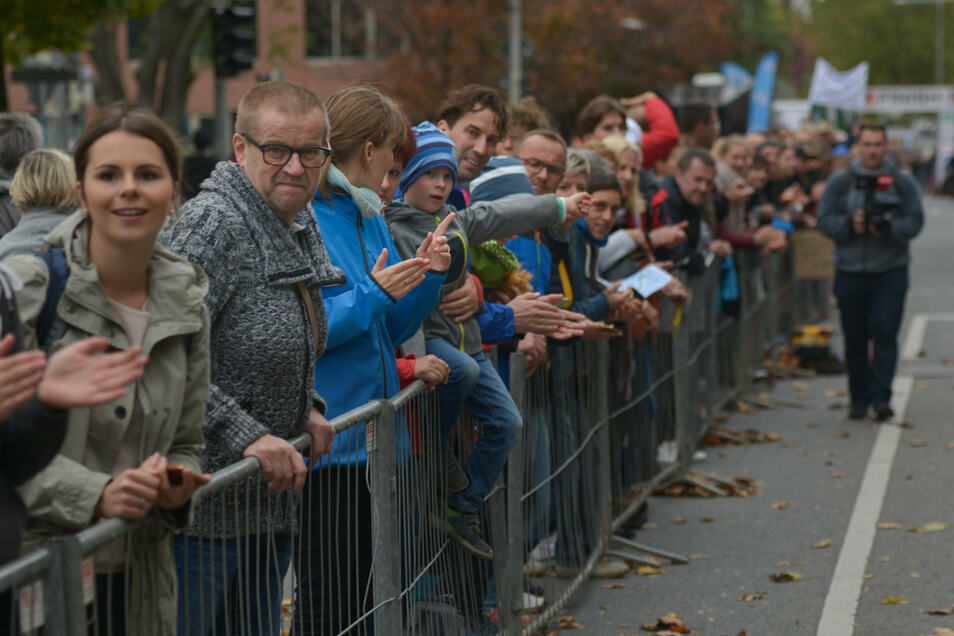 An der Strecke feuern viele Zuschauer die Läufer an.Foto: Cristian Juppe