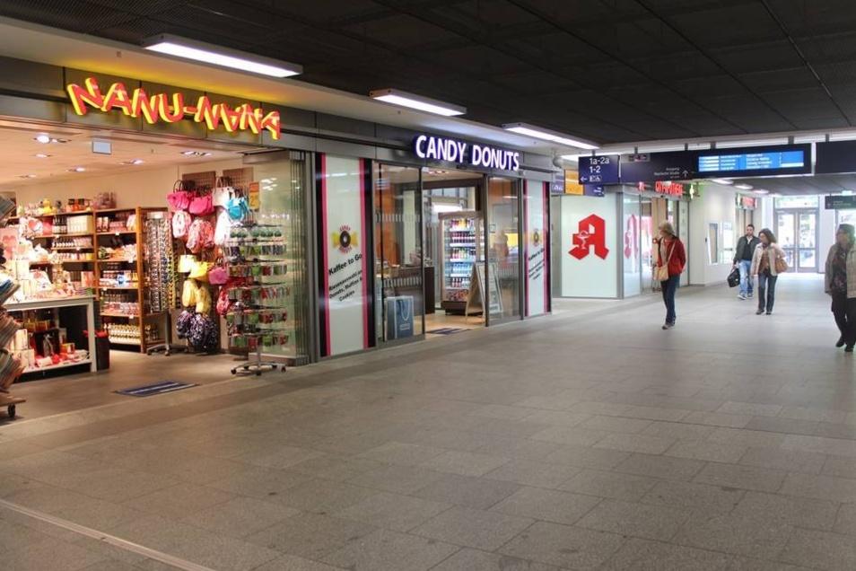 Neben Geschenkartikeln und kulinarischen Angeboten gibt es auch eine Apotheke.
