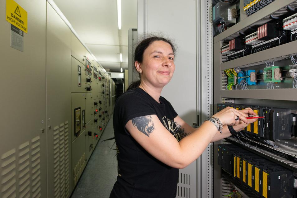 Mechatronikerin Anja Werner und andere Spezialisten arbeiten derzeit im Kraftwerk Nossener Brücke, wo die zentrale Leit- und Steuertechnik erneuert wird.