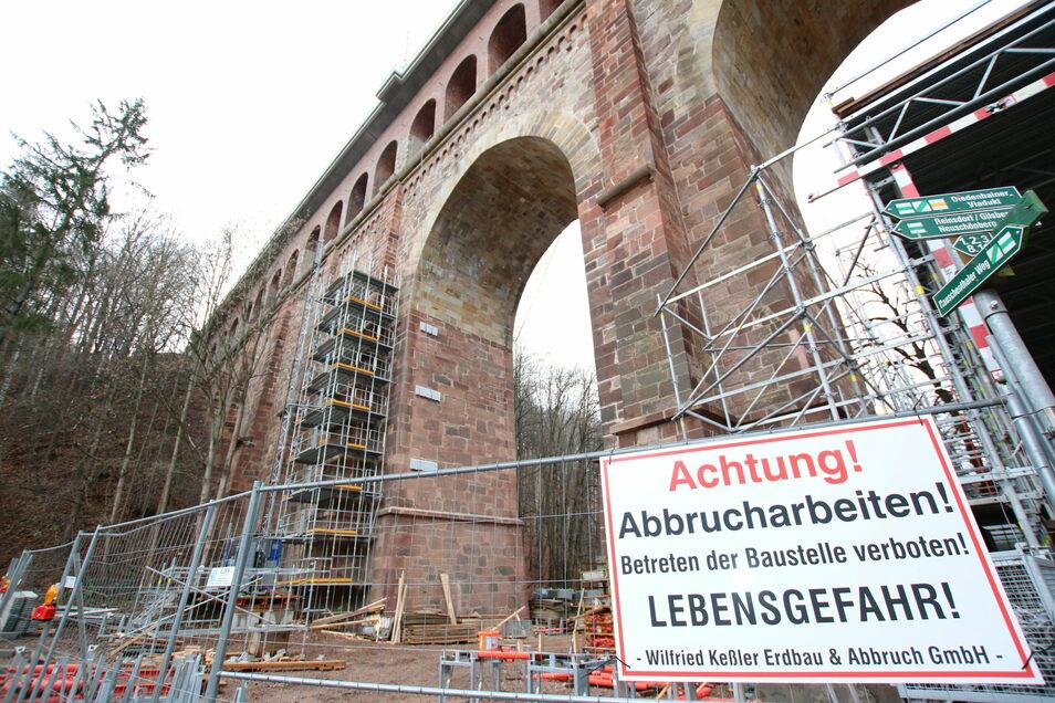 """Teile des Gerüstes am Heiligenborner Viadukt sind schon """"gefallen"""". Zu den weiteren Restarbeiten gehört, den inneren Zugang zur Brücke und den äußeren Anschluss der Entwässerung herzustellen. Das soll Anfang nächsten Jahres erledigt werden."""