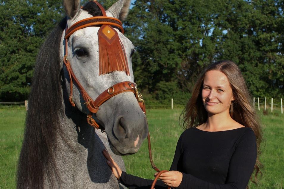 Silja Günther mit ihrem Pferd Apote. Das Zaumzeug für den andalusischen Wallach hat die 26-Jährige als Gesellenstück gefertigt. 2020 wurde die Bautznerin beste Auszubildenden ihres Fachs in ganz Deutschland.