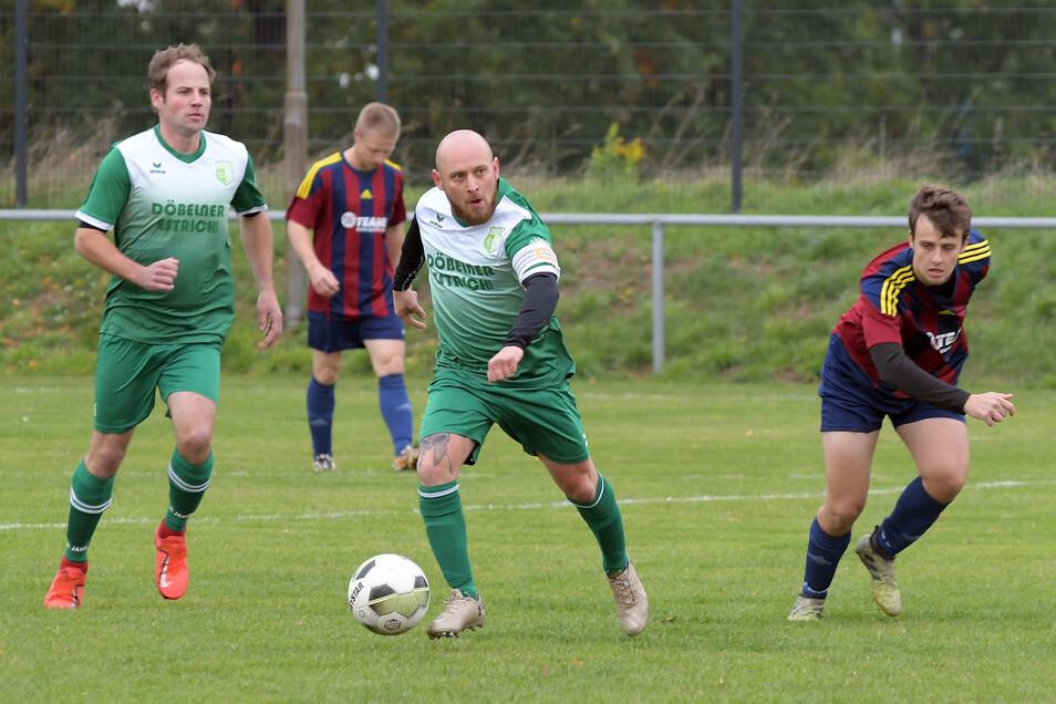 Derby-Zeit in der Kreisliga A: Die SG Zschaitz/Ostrau II bezwang dabei Grün-Weiß Niederstriegis mit 3:0. Für die Gäste um Kapitän Robert Staroske (in Ballbesitz) war es ein Nachmittag, bei dem viele unglückliche Umstände zusammenkamen.
