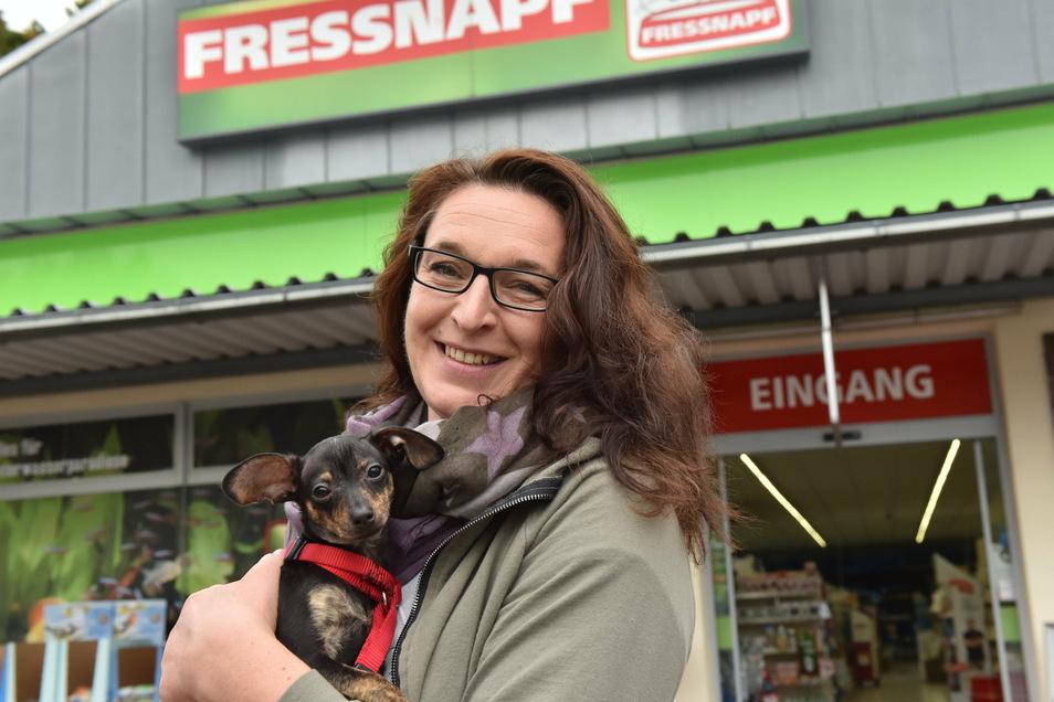 Peggy Schneider mit ihrem Prager Rattler Tony vor dem Geschäft Fressnapf in Freital. Sie hat hier 950 Euro gefunden.