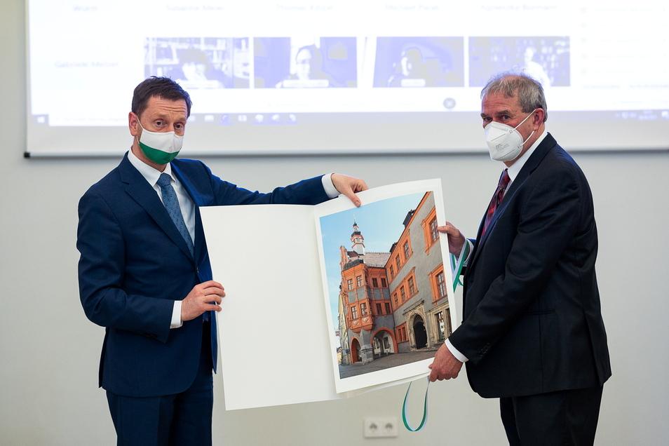 Die gleiche Idee hatte Michael Kretschmer (l.). Das Geschenk vom Freistaat Sachsen an Markus Bauer war ebenfalls eine Abbildung des Schönhofs, allerdings als Fotografie.