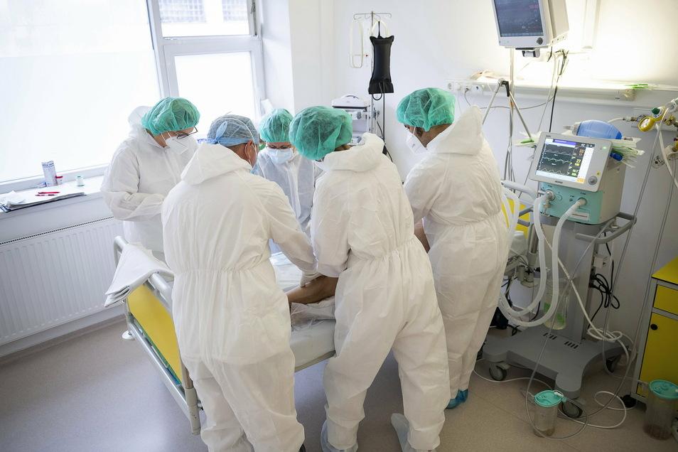 Ärzte und Krankenschwestern betreuen einen Covid-19-Patienten auf der Intensivstation. Im Landkreis Meißen gab es am Freitag den größten Tageszuwachs an neuen Corona-Fällen. Damit ist Meißen ein besonderer Hotspot geworden.