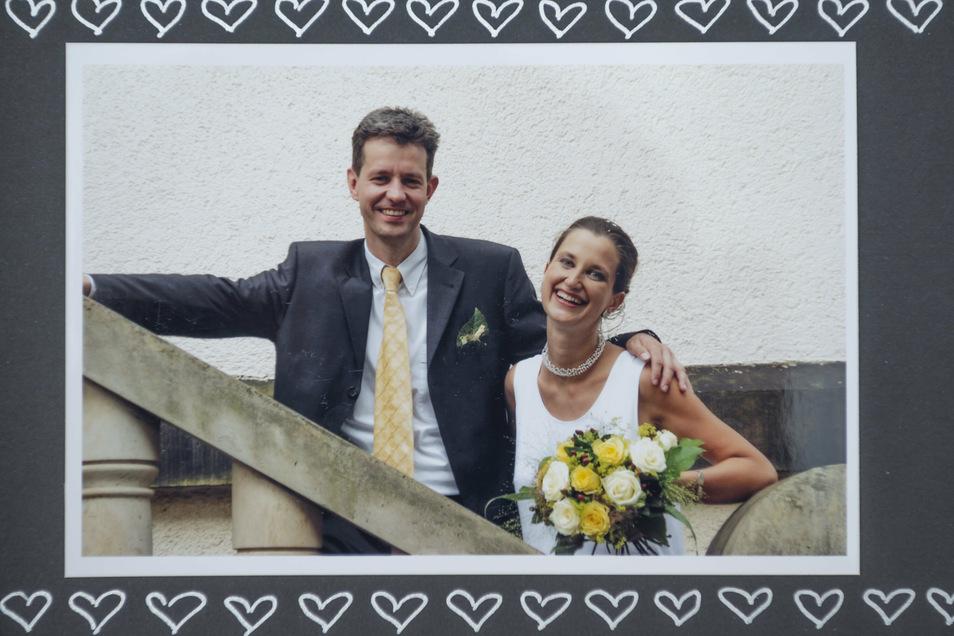 Dorit Richter hatte lange keinen Spaß an diesem Hochzeitsfoto: Der Ehemann aus dem Westen eine Stufe über Ihr, geht doch gar nicht. Heute lacht sie darüber. Foto: privat