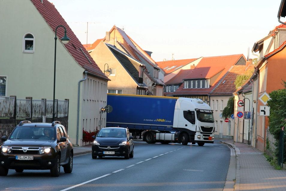Auf der Nossener Straße in Wilsdruff fahren immer mehr Schwerlastfahrzeuge. Nun macht das Landratsamt die Strecke unattraktiver.