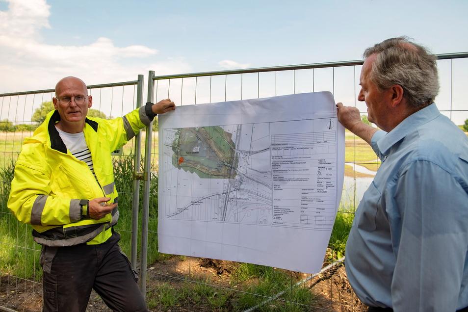 Gesamtprojektleiter Silvio Strauß vom Ergo Umweltinstitut Dresden (l.) erläutert den Plan für die Gewässersanierung.